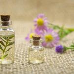 Olejki w małych butelkach z korkiem