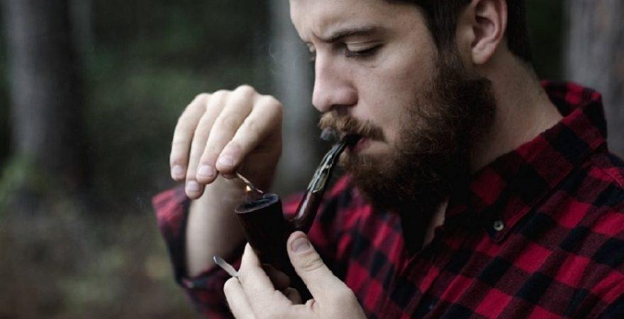 Chłopak palący marihuanę