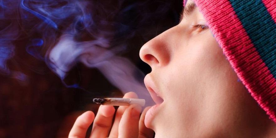 Nastolatek palący marihuanę