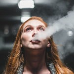 kobieta paląca